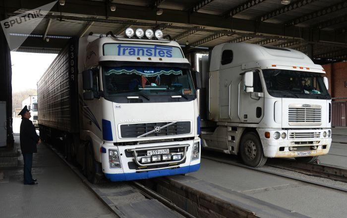 俄方卡车开始从滨海边疆区经曾聚集数百辆车辆的口岸驶入中国